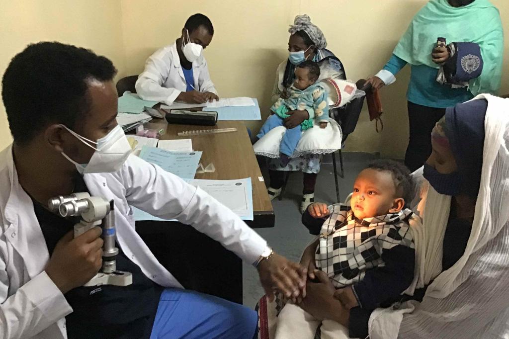 2020 Äthiopien - Kleine Patienten werden untersucht
