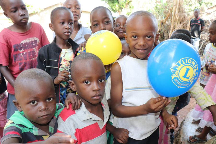 2019 Tansania - Kinder mit Lions Luftballon