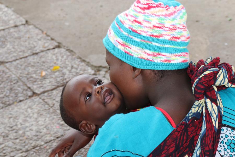 2019 Tansania - Mutter küsst ihr Baby