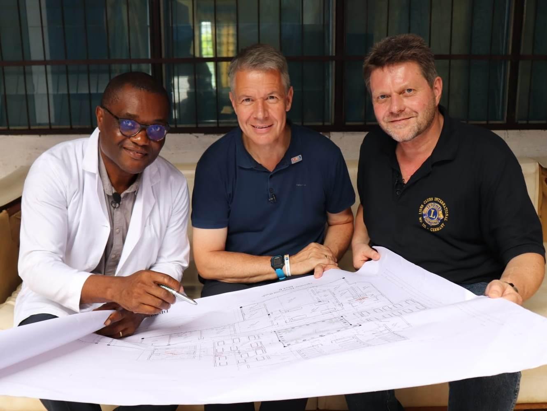 2018 Kamerun - Herr Weyel mit den neuen Bauplänen