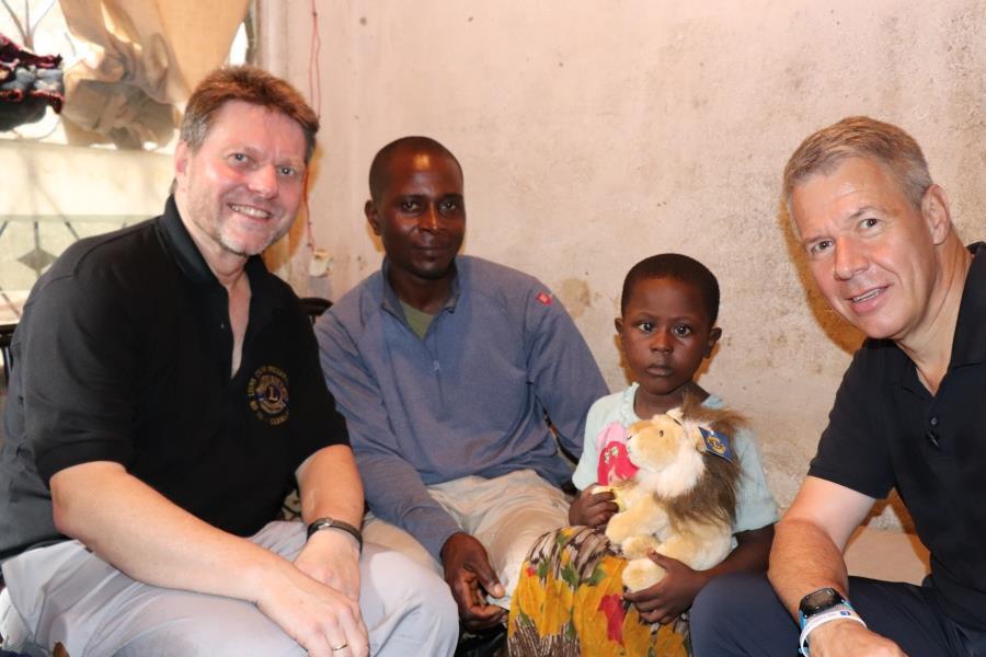 2018 Kamerun - Favour mit einem Löwe