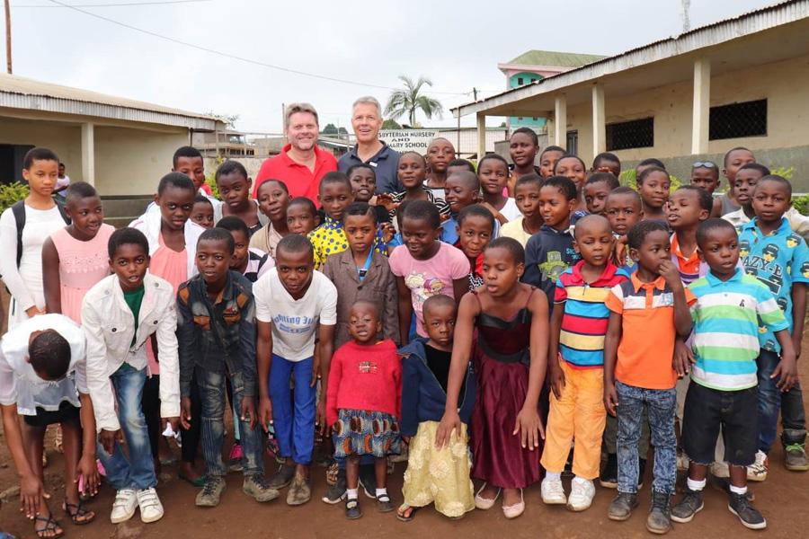 2018 Kamerun - Gruppenbild einer Schule mit Herr Weyel