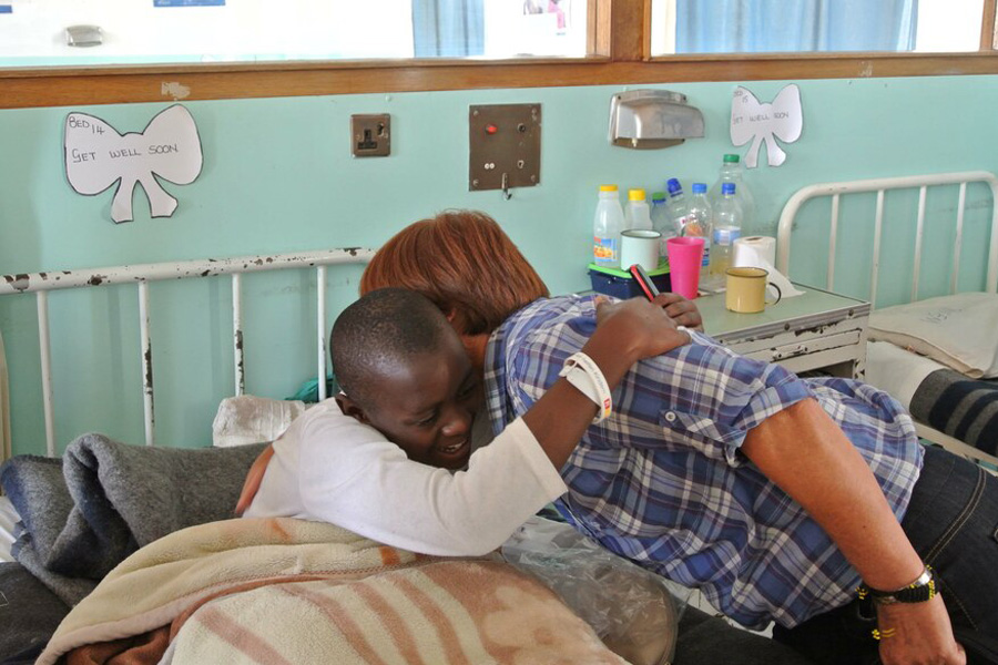 2013 Simbabwe - Projektpatin Rosi Mittermaier stand Vuyisile zur Seite als sie nach der OP aufwacht