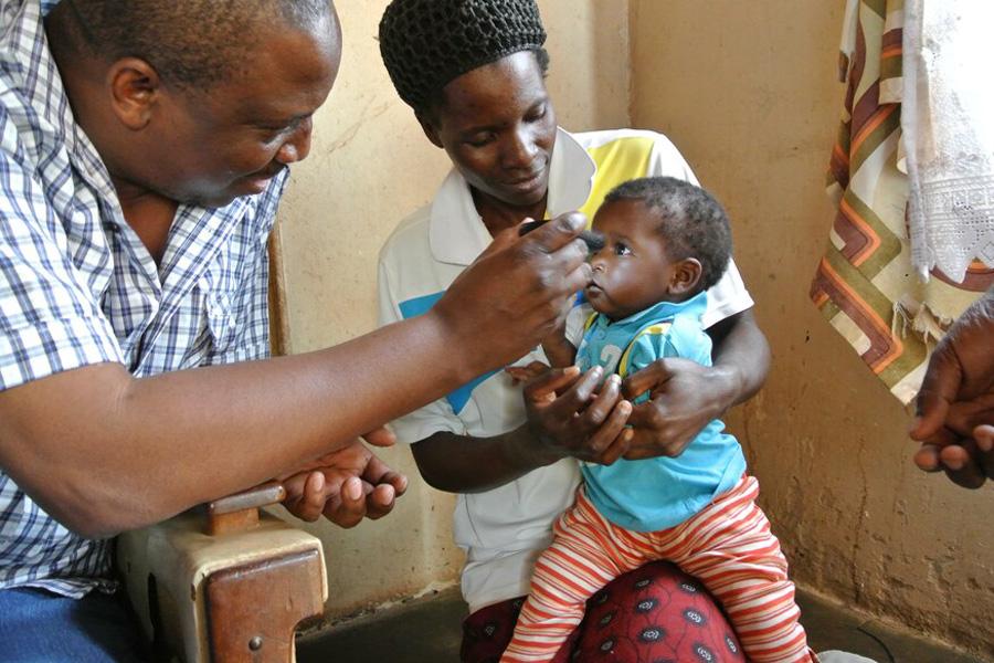 2013 Simbabwe - Dieses Kleinkind wurde am Rande der Dreharbeiten von Mitarbeitern des ZCfB untersucht