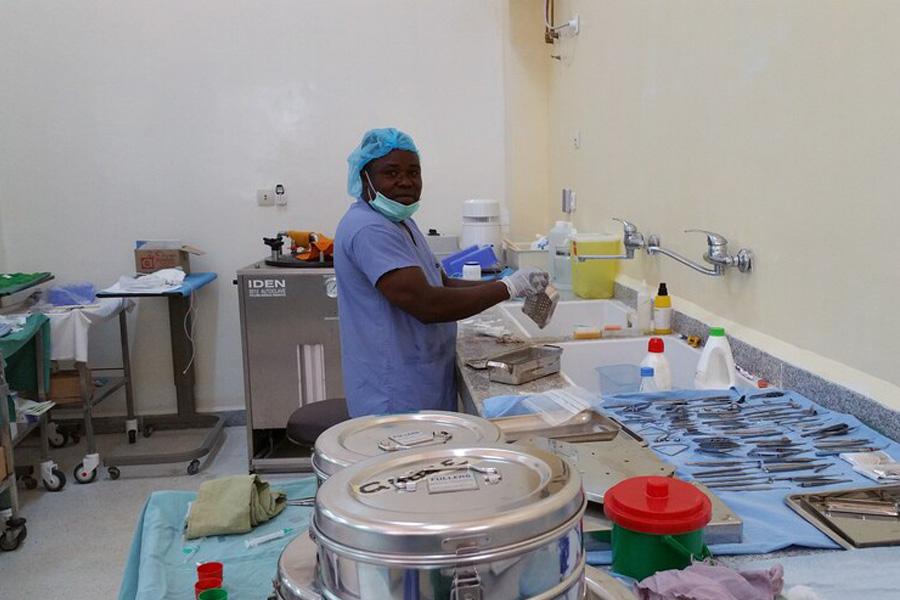 2016 Togo - Neue Instrumente werden sorgfältig gereinigt, sterilisiert und für die OPs vorbereitet.