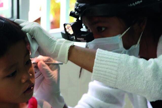2017 Kambodscha - Kind beim Ohrenarzt