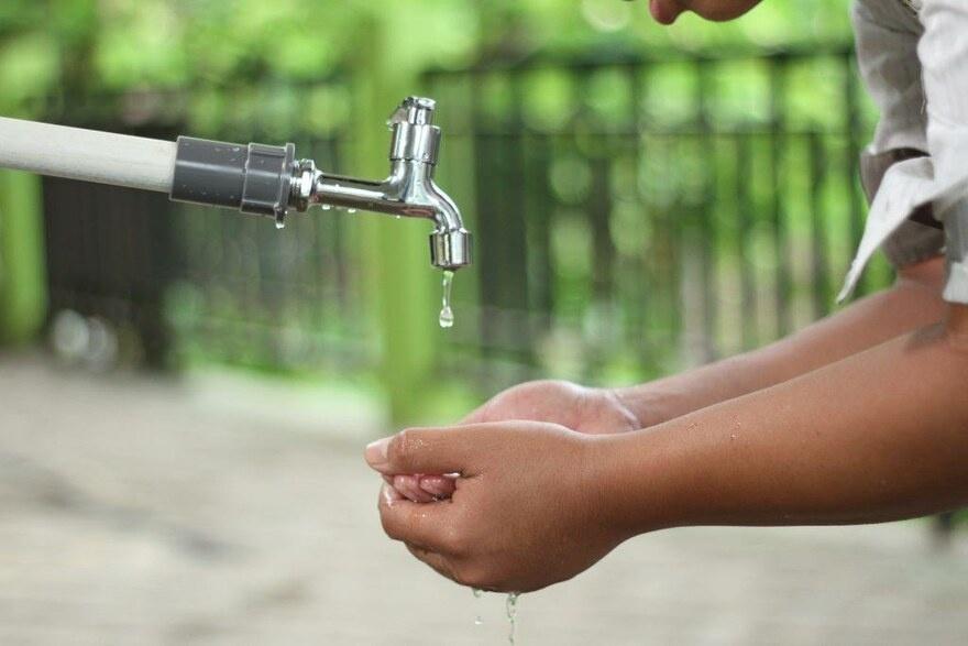 2021 Indien - Kleine Hände unter dem Wasserhahn