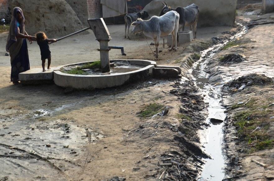2021 Indien - Mutter mit Kind an einem Brunnen