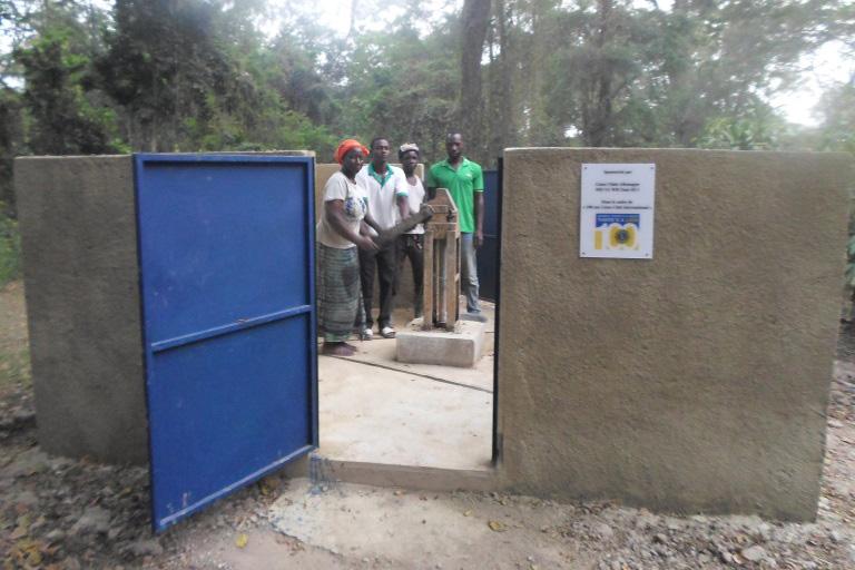 2018 Elfenbeinküste - Demonstration des neuen Brunnens Bild 1