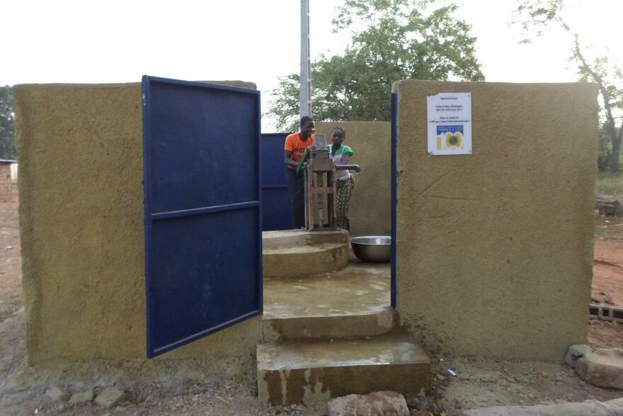 2018 Elfenbeinküste - Demonstration des neuen Brunnens Bild 2