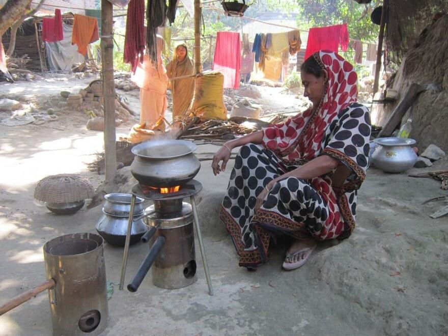 Mit den effizienten Koch-Öfen sparen die Familien Holz und die geringere Rauchentwicklung schont Gesundheit und Umwelt.