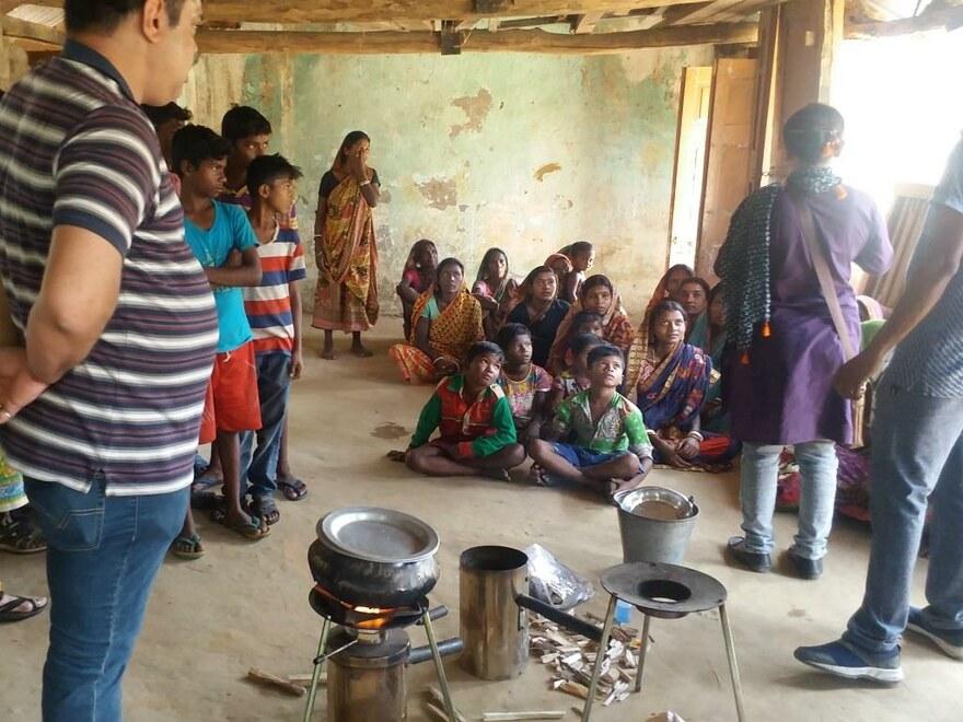 In der Dorfgemeinschaftshalle von Hatirampu, einem kleinen ländlichen Ort in Bankura, Westbengalen stießen die effizienten Öfen auf großes Interesse
