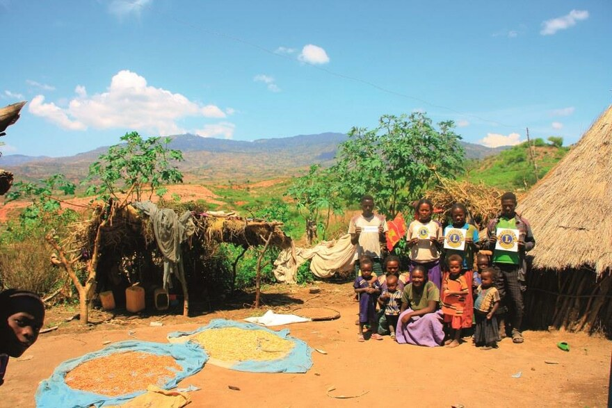 Eine Farmerfamilie mit ihrer Ernte