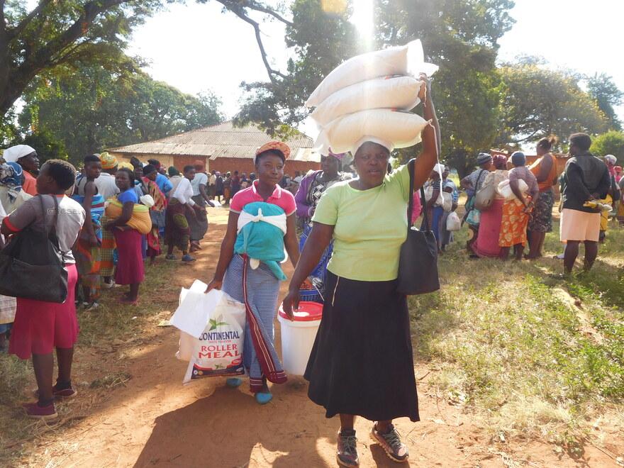 2015 Simbabwe- Frau trägt Hilfsgüter auf dem Kopf