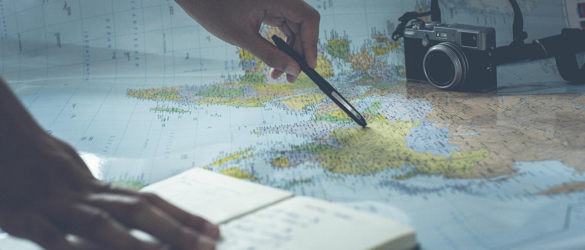 Eine Weltkarte wird untersucht