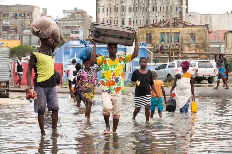 2019 Zyklon Idai - Die Anwohner versuchen ihr restliches Hab und Gut in Sicherheit zu bringen
