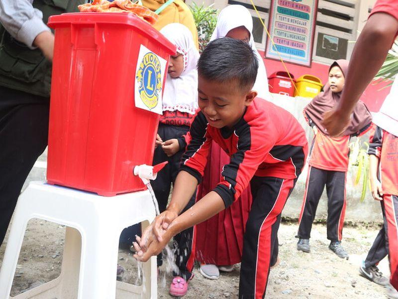 2018 Indonesien - Ein kleiner Löwe erfreut sich an frischem Wasser