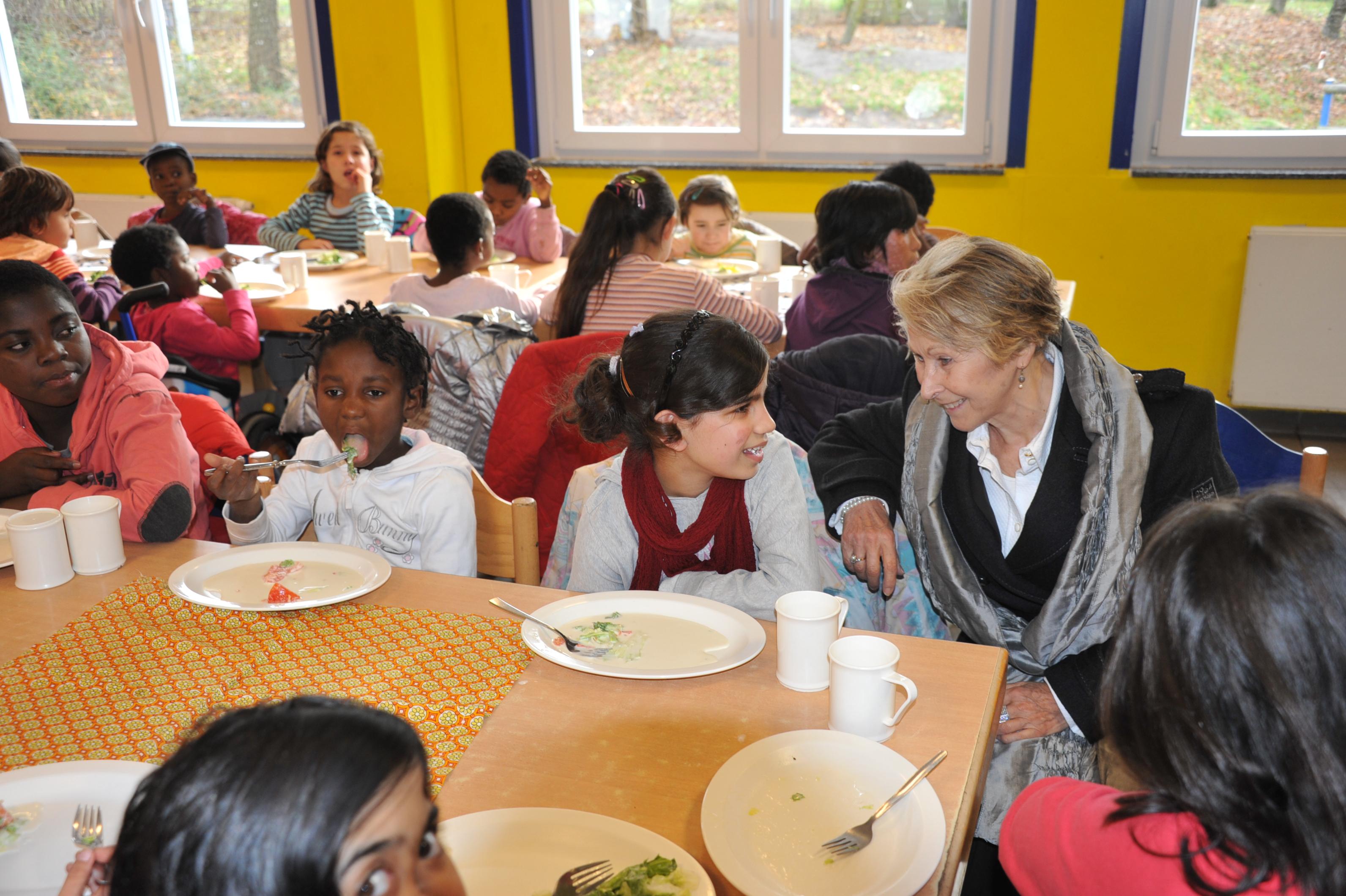 Spenderin mit Kindern im Friedensdorf