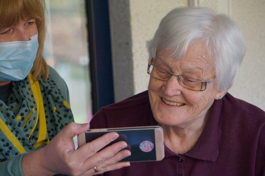 2020 Lion SEN - Eine Seniorin bekommt Bilder auf einem Smartphone gezeigt
