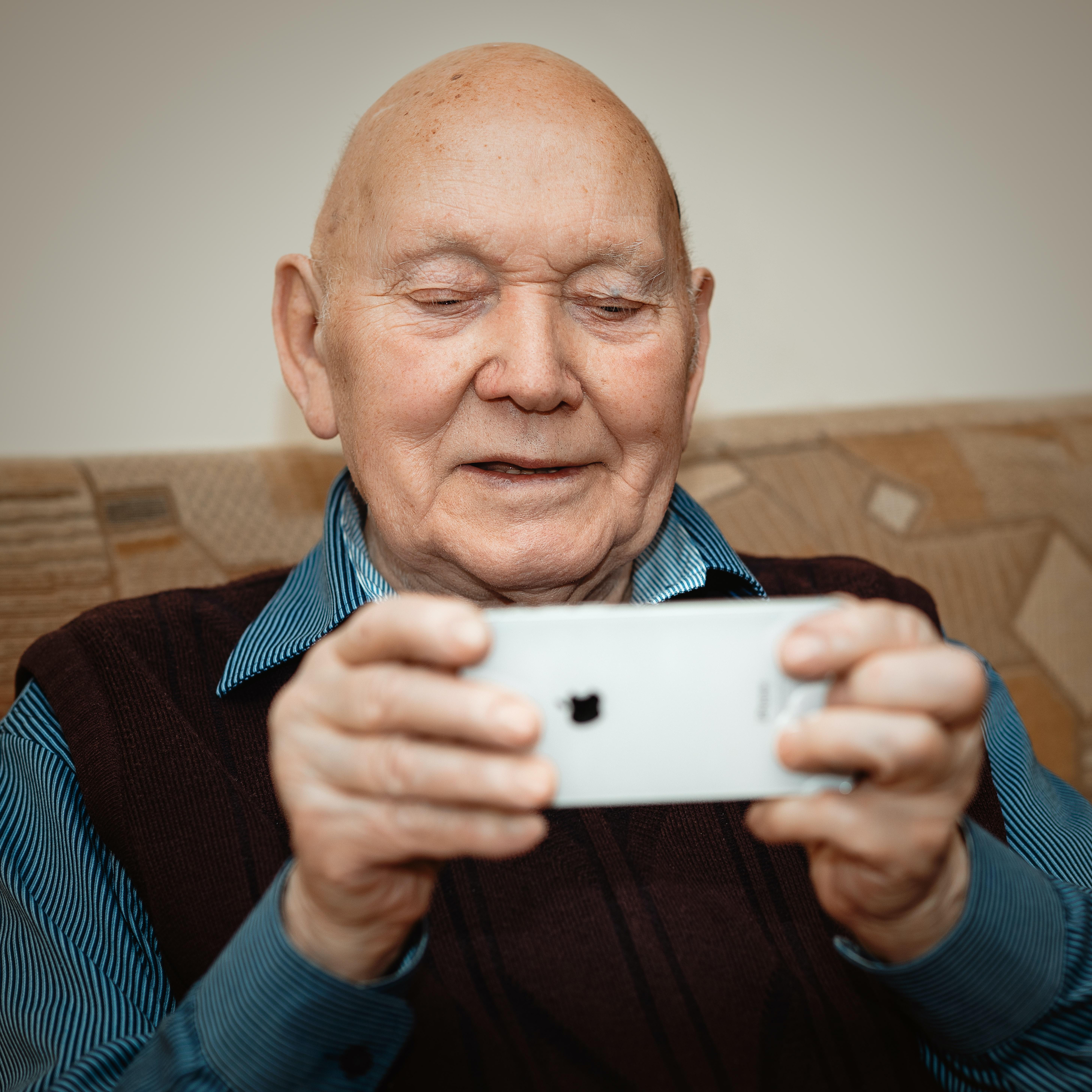 2021 Lion SEN - Ein Senior, der aufgrund der Schulung ein Smartphone sicher bedient