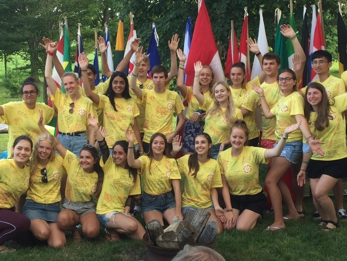 2021 Jugendaustausch - Eine Gruppe Lions posiert in selbst bemalten T-Shirts