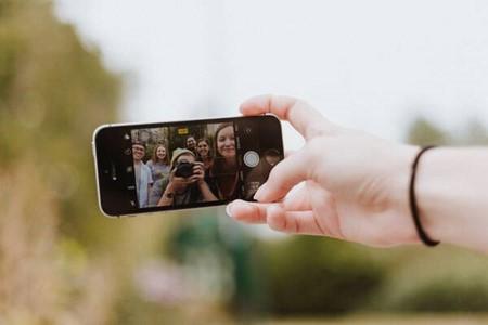 Eine Gruppe Jugendlicher schießen ein Selfie