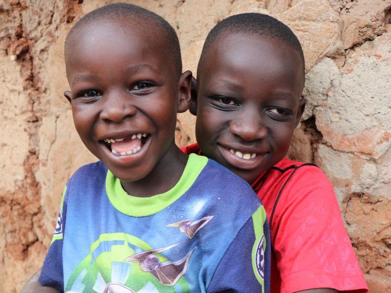 2021 Uganda - Olango und ein Freund lächeln